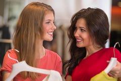 2 молодой женщины ходя по магазинам в моле Стоковое Фото