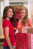 2 молодой женщины ходя по магазинам в моле Стоковые Фото