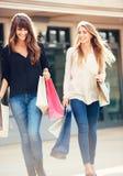 2 молодой женщины ходя по магазинам на моле Стоковая Фотография RF