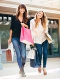 2 молодой женщины ходя по магазинам на моле Стоковые Изображения RF
