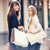 2 молодой женщины ходя по магазинам на моле Стоковое Фото