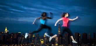 2 молодой женщины Jogging через ночу Нью-Йорка Стоковые Изображения RF