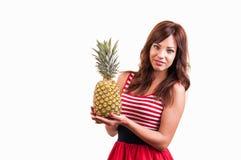 Молодой жизнерадостный усмехаться здоровая и радостная женщина с большим ананасом стоковая фотография rf