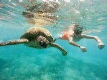 Молодой заплыв шноркеля мальчика с зеленой морской черепахой, Египтом Стоковые Фото