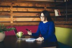 Молодой звонок дамы дела на телефоне в офисе Стоковое Изображение RF