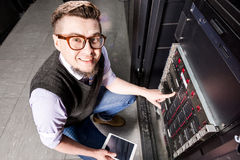 Молодой инженер в datacenter стоковая фотография rf
