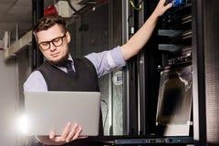 Молодой инженер в datacenter стоковая фотография