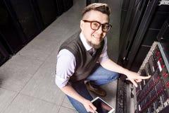 Молодой инженер в datacenter стоковые изображения