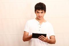 Молодой человек с ПК aTablet Стоковые Изображения RF