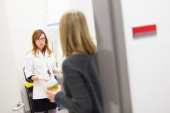Молодой исследователь и ее supevisor обсуждая детали научно-исследовательского проекта в научной лаборатории Стоковое фото RF