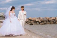 Молодой и красивый жених и невеста на пляже Стоковое фото RF