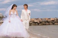 Молодой и красивый жених и невеста на пляже Стоковое Изображение