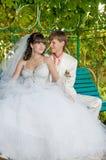 Молодой и красивый жених и невеста на стенде Стоковое фото RF