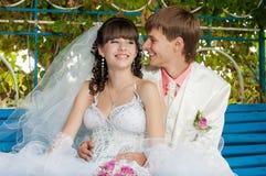 Молодой и красивый жених и невеста на стенде Стоковые Фотографии RF