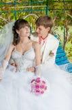 Молодой и красивый жених и невеста на стенде Стоковое Изображение