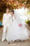 Молодой и красивый жених и невеста на стенде Стоковые Изображения