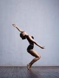 Молодой и подходящий танцор балерины в студии Стоковое фото RF