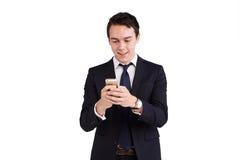 Молодой кавказский бизнесмен смотря усмехаться мобильного телефона стоковая фотография rf