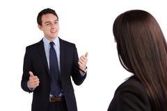 Молодой кавказский бизнесмен усмехается одобрительно к делу Стоковые Изображения