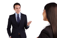 Молодой кавказский бизнесмен усмехаясь счастливо к бизнес-леди стоковые изображения