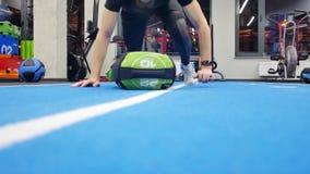 Молодой кавказский мужской спортсмен в делать sportswear нажимает поднимает дальше, люди тренируя в спортзале, человек работая в  сток-видео