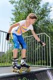 Молодой кататься на коньках ролика девочка-подростка стоковые фото