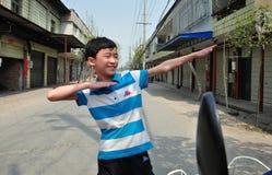 Болезненное Jia, Китай: Мальчик с распространенными рукоятками стоковая фотография rf