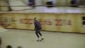 Молодой конькобежец ролика делает скачку Выскальзывание на загородке скорость диско предпосылки высокая возможная смелости Конкур видеоматериал