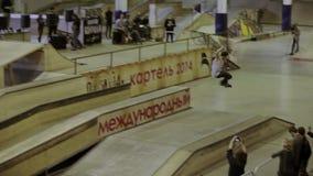 Молодой конькобежец ролика скачет, делает сальто, выскальзывание на загородке оператор смелости Конкуренция в skatepark видеоматериал