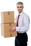 Молодой корпоративный человек держа коробку карточки стоковая фотография rf
