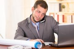 Молодой красивый архитектор работая в офисе Стоковая Фотография