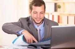 Молодой красивый архитектор работая в офисе Стоковая Фотография RF