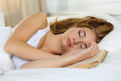 Молодой красивый белокурый портрет женщины лежа в кровати спать на b Стоковое Изображение