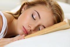 Молодой красивый белокурый портрет женщины лежа в кровати Стоковые Фотографии RF