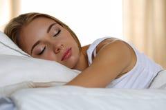 Молодой красивый белокурый портрет женщины лежа в спать кровати Стоковые Фотографии RF