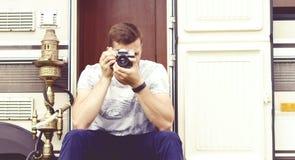 Молодой, красивый битник фотографируя outdoors Праздник, journ Стоковые Фотографии RF