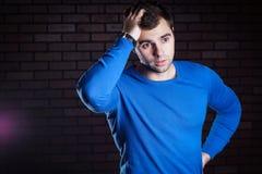 Молодой красивый вспугнутый парень Стоковое Изображение