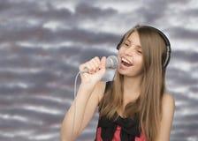 Молодой красивый девочка-подросток поя Стоковое Фото