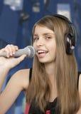 Молодой красивый девочка-подросток поя Стоковая Фотография RF