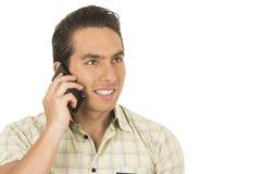 Молодой красивый испанский человек представляя используя клетку Стоковые Изображения RF