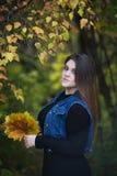 Молодой красивый кавказец плюс модель размера в джинсах возлагает outdoors, женщина xxl на природе, атмосфере осени стоковое изображение