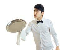 Молодой красивый кельнер держа большой поднос для Cookware Стоковая Фотография