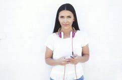Молодой красивый портрет лета женщины с мобильным телефоном и наушниками Стоковые Изображения