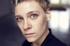 Молодой красивый портрет стороны женщины веснушек с здоровой кожей и короткими волосами, зелеными глазами стоковая фотография rf