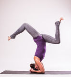 Молодой красивый представлять женщины йоги Стоковые Фотографии RF