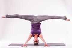 Молодой красивый представлять женщины йоги Стоковое Изображение