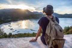 Молодой красивый путешественник битника женщины смотря заход солнца и bea Стоковая Фотография RF