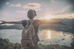Молодой красивый путешественник битника женщины смотря заход солнца и bea Стоковое Изображение