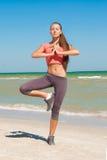 Молодой красивый спортсмен девушки играя спорт на пляже Стоковые Изображения