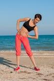 Молодой красивый спортсмен девушки играя спорт на пляже Стоковая Фотография